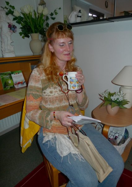 The Karma Club – Leading a commune is sometimes hard... Abbie is relaxing  – Marja Repokangas